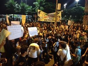 Faixas e cartazes pedem a saída de Sérgio Cabral do cargo (Foto: Isabela Marinho/G1)