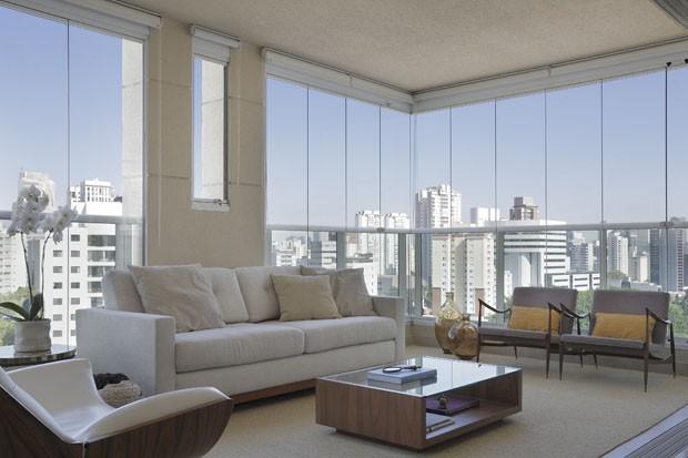 Conforto, tons neutros e vista para a cidade (Foto: Denilson Machado/ MCA Estúdio)