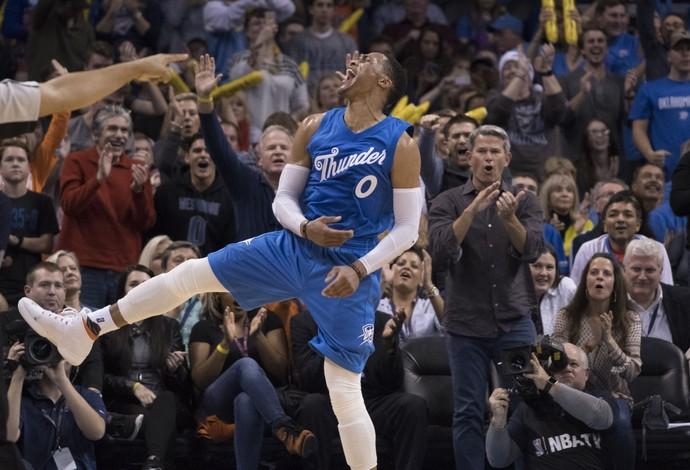Russell Westbrook vibra muito com ponto diante dos Timberwolves (Foto: J Pat Carter/Getty Images)