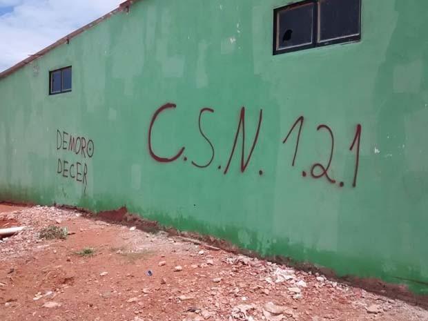 Pichação da sigla CSN, que significa Comando Sol Nascente, encontrada nos muros (Foto: Isabella Calzolari/G1)