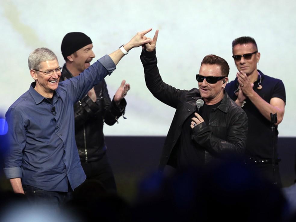 Tim Cook, CEO da Apple, ao lado do grupo U2 na apresentação do iPhone 6 (Foto: AP Photo/Marcio Jose Sanche)