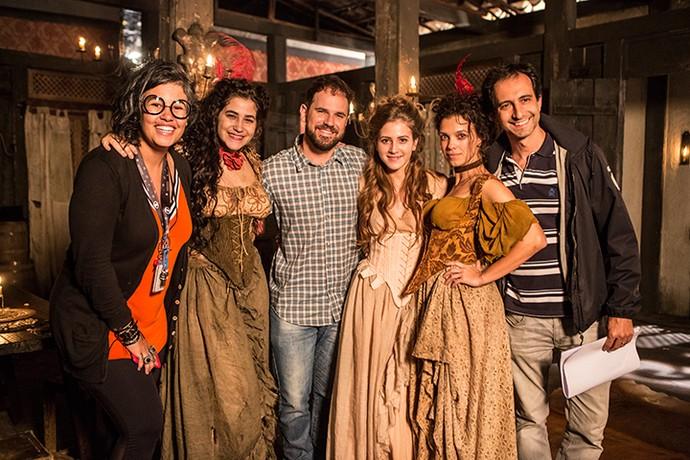 As 'meninas do bordel' com a equipe da novela (Foto: Felipe Monteiro/Gshow)