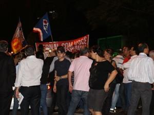 Bernal comemora com grupo que lhe acompanhou do aeroporto até fórum de Campo Grande (Foto: Juliene Katayama/G1 MS)