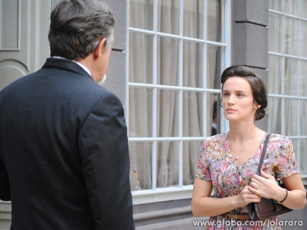 Amélia enfrenta Ernest e o chama de assassino (Foto: Joia Rara/TV Globo)