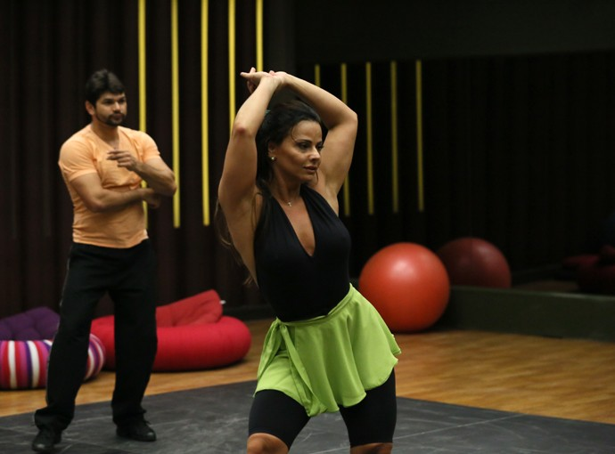 Vivi rebola enquanto aprende os passos de sua coreografia (Foto: Isabella Pinheiro/Gshow)