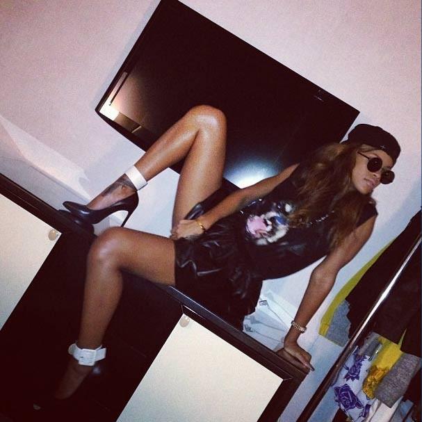 A cantora abriu as pernas (literalmente) e posou para o Instagram (Foto: Reprodução/Instagram)