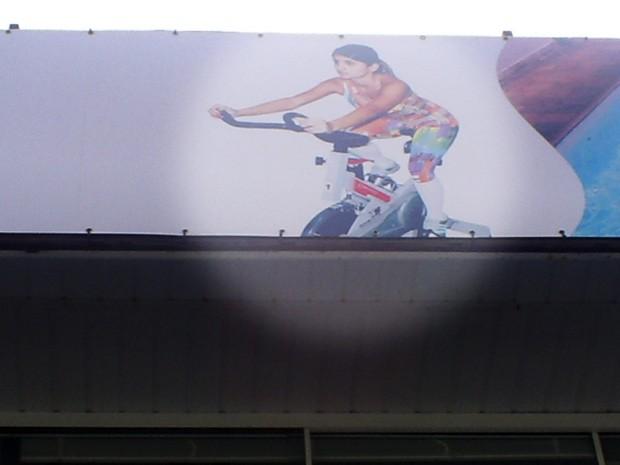 Renata Fontes, namorada de Adriano, em foto na fachada de uma academia (Foto: Reprodução)