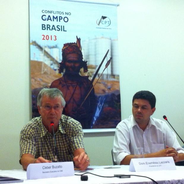 O presidente da CPT, dom Enemésio Lazzari (esq.) e o coordenador nacional da comissão, Edmundo Rodrigues (Foto: Filipe Matoso / G1)