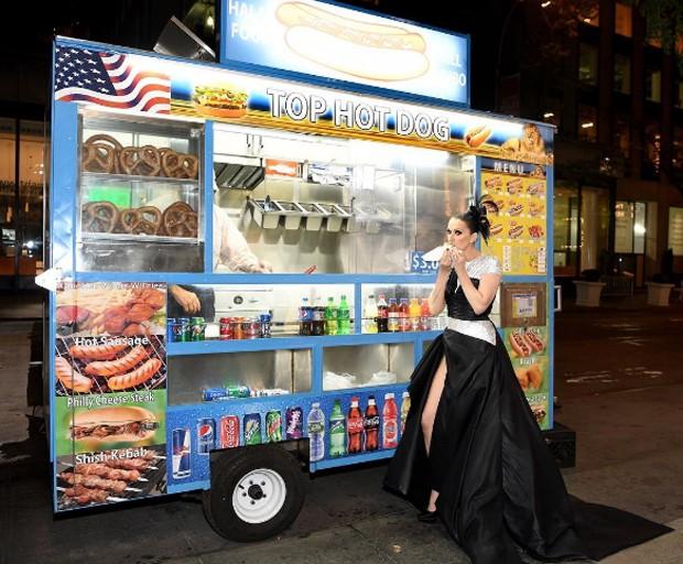 Célina Dion comendo hot dog em NY  (Foto: Reprodução/Instagram)