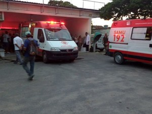 Ambulâncias do Samu que levaram os presos feridos ao Hospital Regional de Teixeira de Freitas, no sul da Bahia (Foto: Petrina Nunes/ Sul Bahia News)