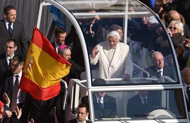 O Papa Bento XVI chega à Praça de São Pedro, no Vaticano, nesta quarta-feria (27) (Foto: AFP)