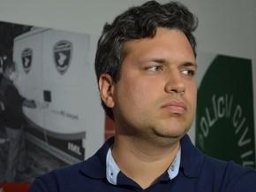 Delegado Hilton Duarte diz que não há dúvidas da participação do suspeito (Foto: Marina Fontenele/G1)