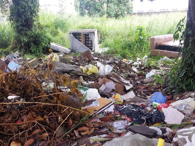 Moradora afirma que prefeitura já foi procurada e nada foi resolvido (Foto: Tatiane Costa Martins)