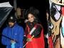 Rihanna recorre a acessório inusitado para não molhar os cabelos