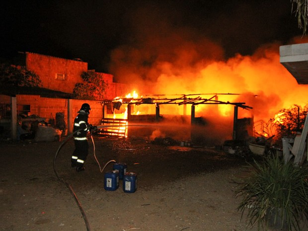 Resultado de imagem para imagem ação dos bombeiros no incêndio na madrugada