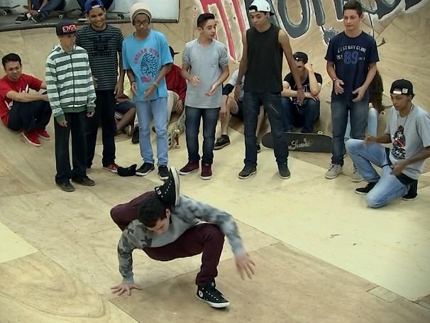 Projeto social Wise Madness ensina crianças e jovens a andar de skate em Bauro, São Paulo. (Foto: Globo)