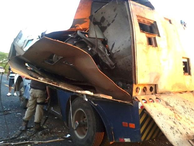 carro forte explodido na bahia (Foto: Rádio Caraíbas FM/Divulgação)