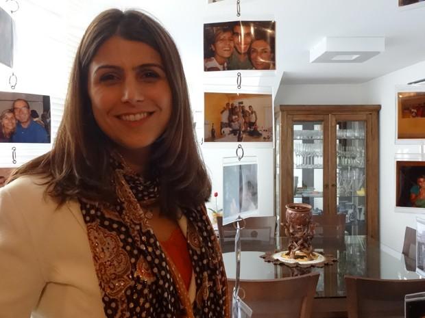 Candidadata do PCdoB na sala do próprio apartamento no bairro Petrópolis  (Foto: Roberta Lemes/G1 RS)