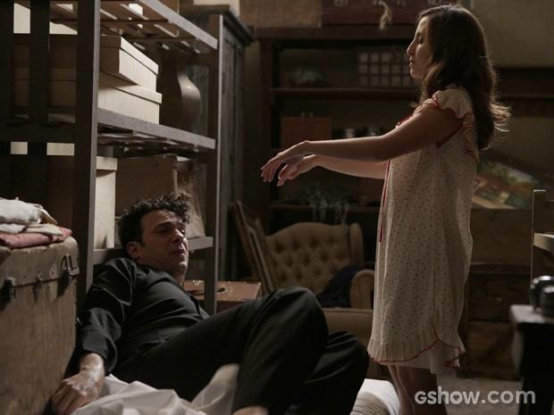 Cléo finge estar sonâmbula e entra no quarto de Joel (Foto: Fábio Rocha/TV Globo)