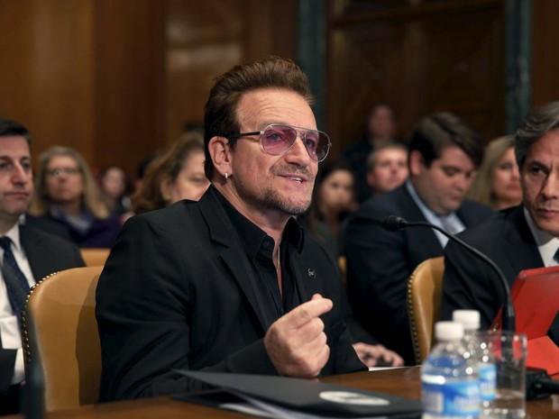 Bono, vocalista do U2, fala nesta terça-feira (12) em subcomitê do Senado dos EUA (Foto: REUTERS/Yuri Gripas)