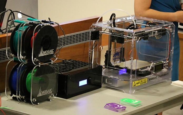 Acessório pode ser conectado a diferentes impressoras em 3D (Foto: Reprodução/Mosaic)