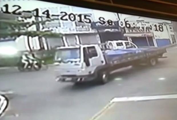 Câmera registrou momento em que motociclista atingiu caminhão, em Anápolis, Goiás (Foto: Reprodução/TV Anhanguera)