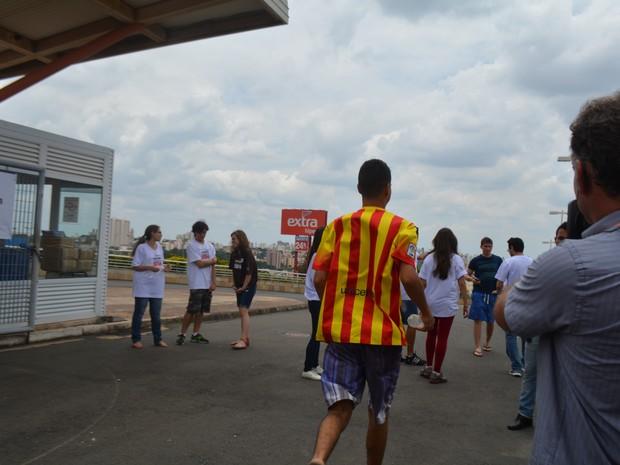Vestibulando corre nos minutos finais de entrada para vestibular da Unicamp em Campinas (SP) (Foto: Marina Ortiz/ G1)