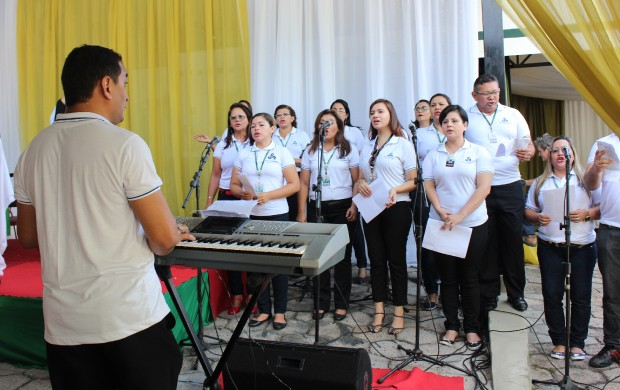 Coral da Rede Amazônica entoou cânticos durante a celebração (Foto: Katiúscia Monteiro/ Rede Amazônica)