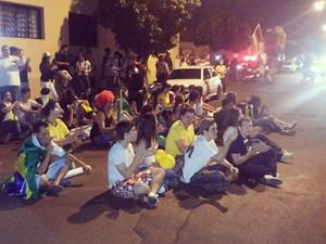 manifestantes sentaram na rua e gritaram palavras de ordem contra o deputado (Foto: Jorge Morato/Divulgação)