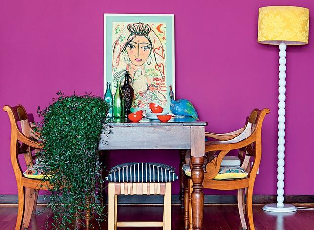 Depois de uma viagem inspiradora à Europa, a designer Audrey Ammar voltou com vontade de mudar de casa. Na dúvida, reformou seu apartamento e sentiu que precisava de uma cor energética. Chegou ao fúcsia, aplicado na parede da sala de jantar (Foto: Edu Castello e Lufe Gomes/Casa e Jardim)