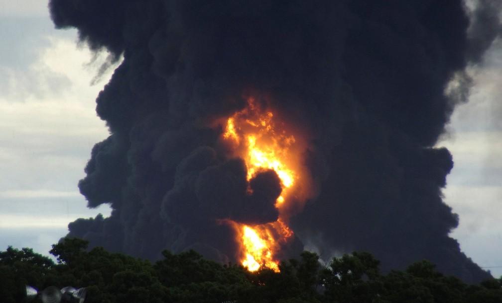 Fogo na refinaria da Pemex em Salina Cruz (Foto: Jose de Jesus Cortes/Reuters)
