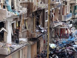Várias casas ficaram destruídas com a explosão do carro-bomba (Foto: Bilal Hussein/AP)