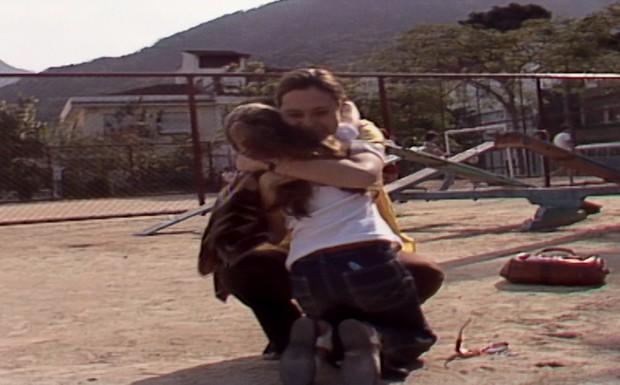 Ângela reconhece Carina e elas se abraçam emocionadas