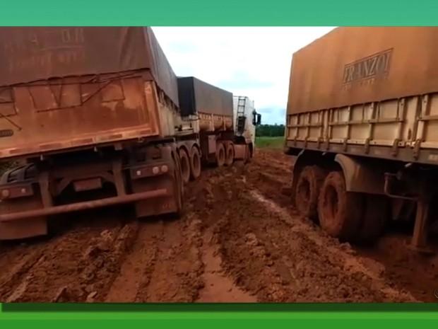 Motoristas de Mato Grosso passaram semanas presos em atoleiros na BR-163 (Foto: TVCA/Reprodução)