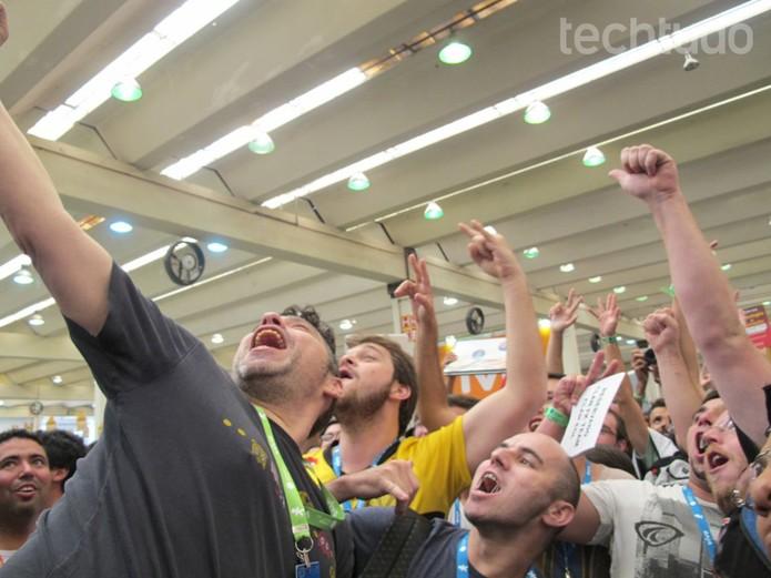 Paco tira selfie com campuseros minutos antes de abertura (Foto: Laura Martins/TechTudo)