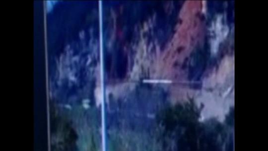 Ônibus escapa por pouco de ser soterrado em estrada na China