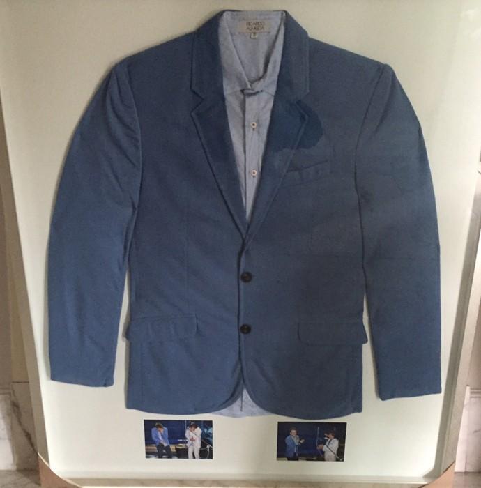 Michel Teló emoldurou terno que usou quando cantou com Roberto Carlos (Foto: Gshow)