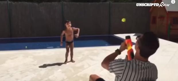 Cristiano Ronaldo brincando com o filho