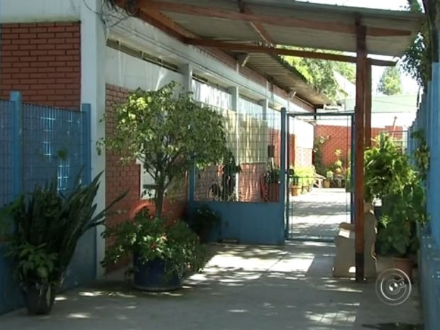 Pais dos alunos reclamam  que falta todo tipo de material na escola (Foto: Reprodução/TV TEM)