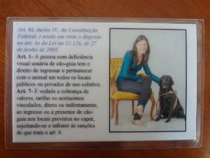 Luísa sempre leva um cartão com a lei federal que permite o acesso de cães guias em locais públicos (Foto: Natália Mello / G1)