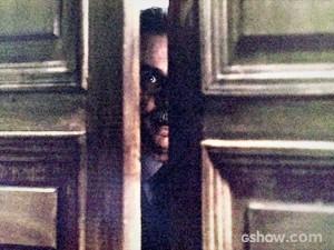 Nilo espia por trás da porta (Foto: O Rebu / TV Globo)