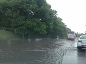 Chuva causa alagamento em Olinda (Foto: Ricardo Novelino/G1)