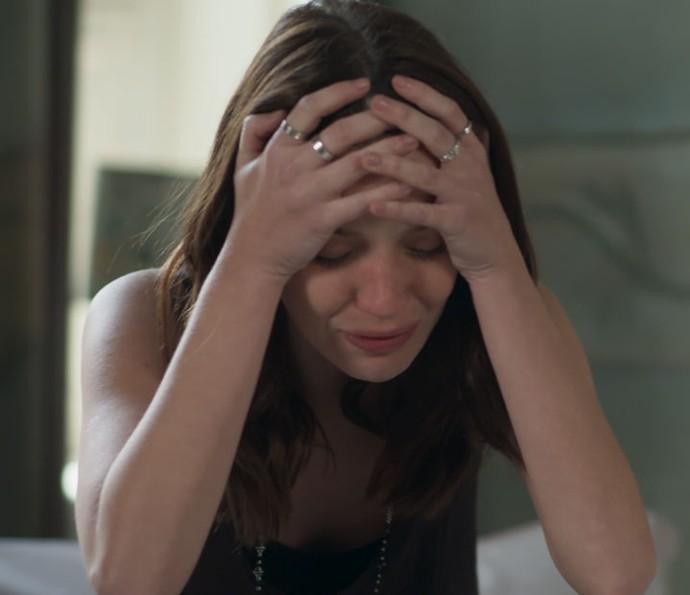 Júlia cai no choro em seu quarto após saber de beijo de Gui e Diana (Foto: TV Globo)