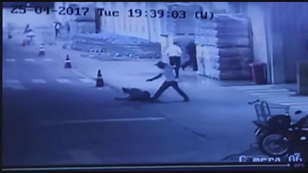 Homem atira em mulher dentro de estacionamento de hipermercado em Franca, na região de Ribeirão Preto (Foto: Reprodução/Circuito interno de segurança)