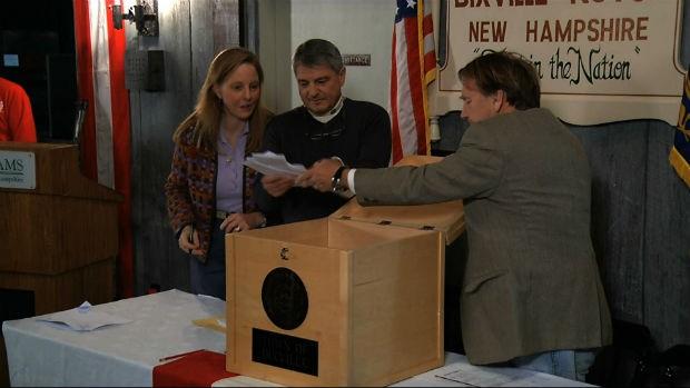 Dixville Notch, no Estado de New Hampshire, começou votação no 1º minuto desta terça (6). Obama e Romney receberam 5 votos cada (Foto: APTN/AP)