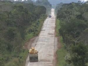 Rodovia tem trecho de mais de 200 quilômetros tomado por buracos (Foto: Reprodução/TV RO)