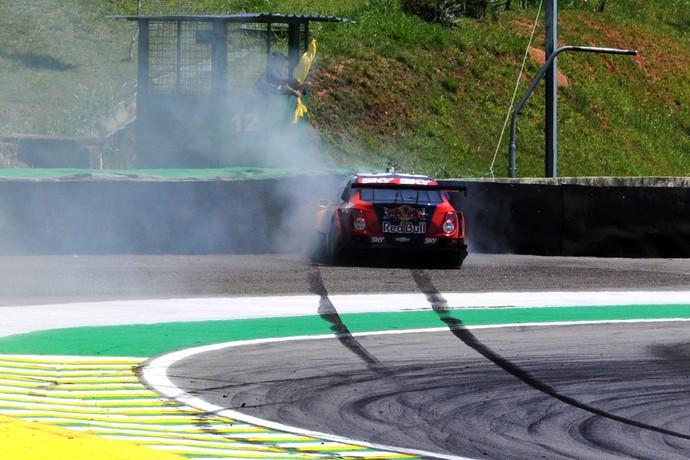 Acelerador de Daniel Serra travou e piloto acabou na proteção de pneus - Corrida do Milhão - Stock Car (Foto: Divulgação)