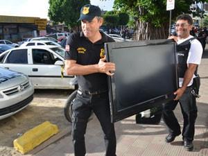 Televisão de tela plana foi apreendida em casa de suspeito e comandar tráfico de drogas em João Pessoa (Foto: Walter Paparazzo/G1)