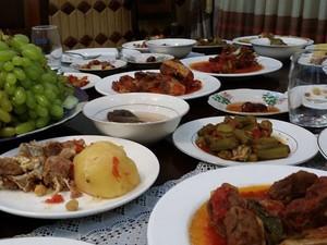 Mesa de jantar com vários pratos locais; para Bruno, comida lembra a brasileira (Foto: Bruno Pinheiro/Arquivo pessoal)