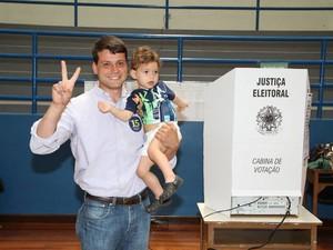Candidato Bernardo Rossi (PMDB) vota em Petrópolis - 2 (Foto: Felipe Stautchuck)